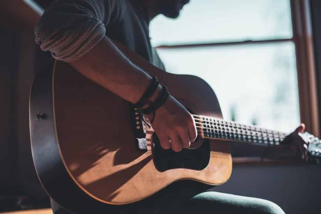 8 Best Guitar Apps for Android to Strum Along